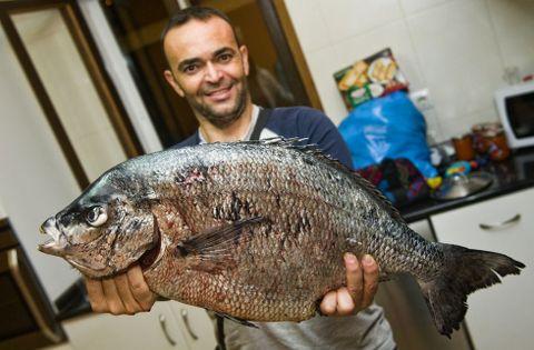 Gerardo Martínez, ayer, con el sargo de 6,2 kilos, el más grande encontrado hasta ahora.