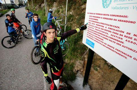 Los carteles indican que no se autoriza el paso de vehículos con o sin motor.