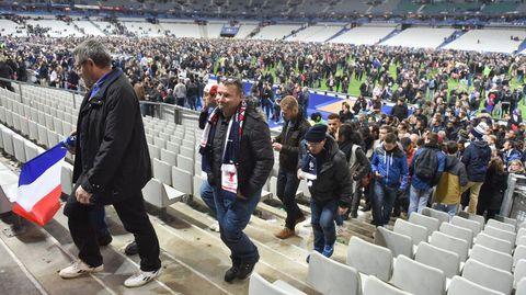 Espectadores del partido entre Francia y Alemania dejan el estadio tras el encuentro amistoso.