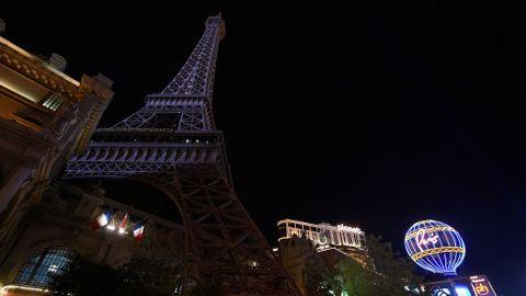 En Las Vegas se apagó la réplica de la Torre Eiffel en solidaridad con las víctimas.