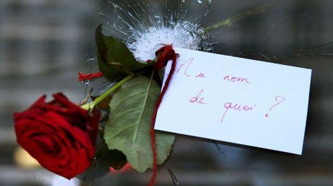 Una rosa en un agujero de bala y el mensaje «En el nombre de qué?»