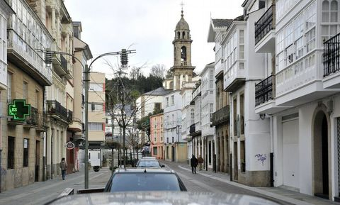 Vista del centro del casco urbano de la villa de Ortigueira, con la plaza del Concello al fondo.