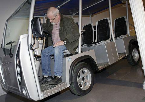 En la plaza de María Pita se presentó la nueva gama de vehículos eléctricos de la marca Comarth.