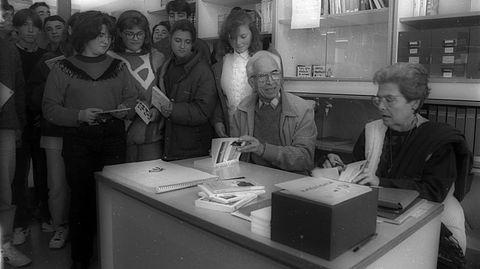 Imagen del año 94, cuando el escritor acudió a firmar ejemplares al instituto de Ponteceso, en O Couto