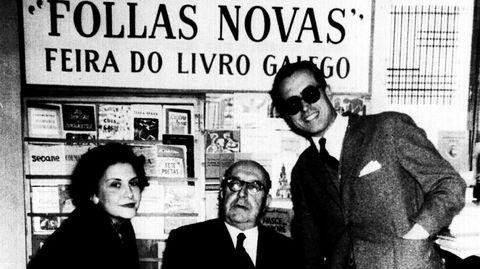 El escritorio con su mujer Anisia, también escritora, y Otero Pedrayo en 1959