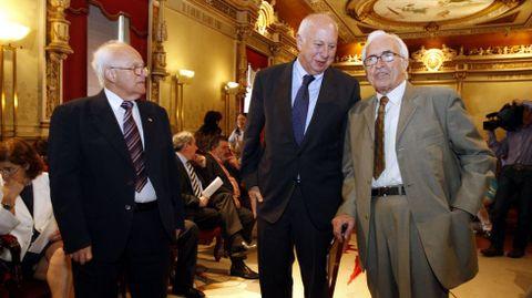 Entrega de la medalla Alejo Carpentier del Consejo del Estado de la República de Cuba a Neira Vilas, en la imagen con el rector de Santiago Casares Long y el consul de Cuba