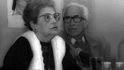 Con su mujer en una charla en los años 90