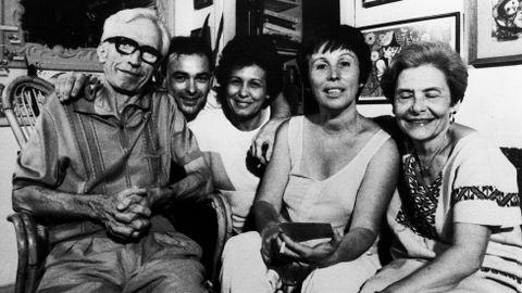 Neira Vilas y Anisia, cubana, en su casa de La Habana