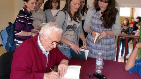 Neira Vilas en un instituto firmando libros. Memorias dun neno galego era un imprescindible de la enseñanza en Galicia