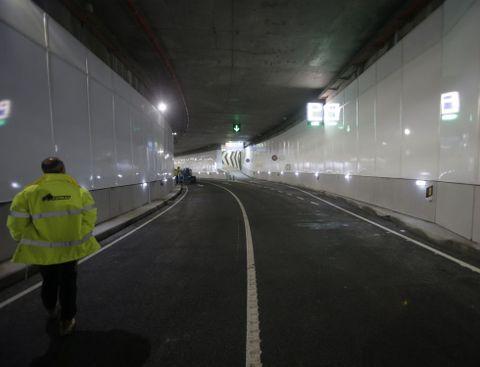 Un operario, ayer, en el túnel subterráneo del Parrote, listo ya para unirse con el de la Marina.