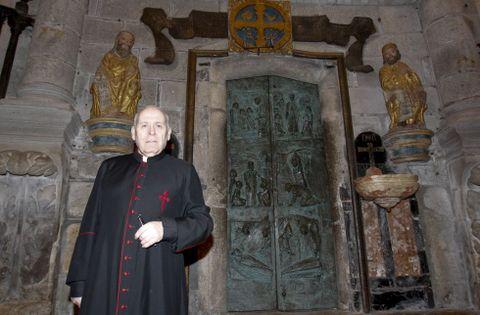 El deán compostelano, frente a la Puerta Santa que abrirá este año de forma extraordinaria.