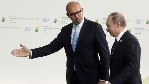 El secretario de Estado de Asuntos Europeos de Francia Harlem Desir, da la bienvenida al presidente ruso Vladimir Putin a la cumbre.
