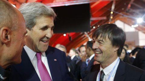 El secretario de Estado de EE. UU. Jonh Kerry con el activista medioambiental Nicolas Hulot.
