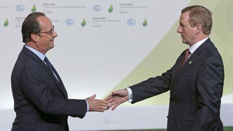 El primer ministro de Irlanda, Enda Kenny, saluda a Hollande.