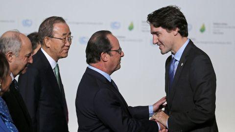 Hollande saluda al primer ministro canadiense, Justin Trudeau.