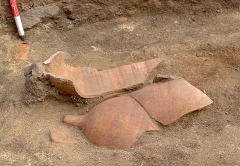 En la excavación se localizaron tres ánforas completas.