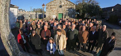 Los feligreses de Rodís se niegan a ir a misa los sábados por la tarde y ayer se concentraron ante la iglesia parroquial.