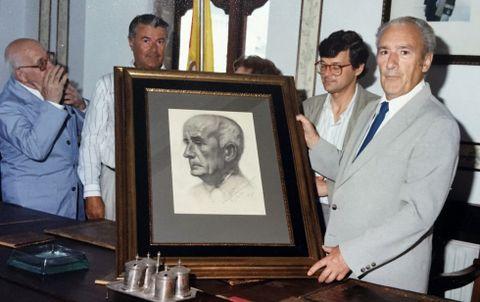 <span lang= es-es >A obra de Prieto Coussent</span>. Luis Prieto Coussent faille entrega ao daquela alcalde de Ribadeo, E. Gutiérrez, do retrato de Camilo Barcia Trelles pintado polo seu irman, Benito Prieto Coussent en 1936.