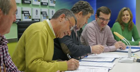 El presidente de los comuneros, José Luis Parada, firmó con el alcalde el contrato de alquiler.