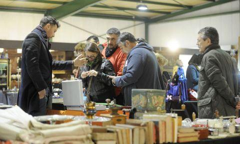 En el recinto se pusieron a la venta todo tipo de objetos antiguos y de artesanía.