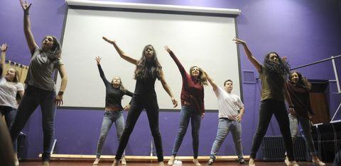 La coreografía de Máisquedanza sobre la violencia de género abrió el acto de presentación del libro en el instituto Laxeiro.
