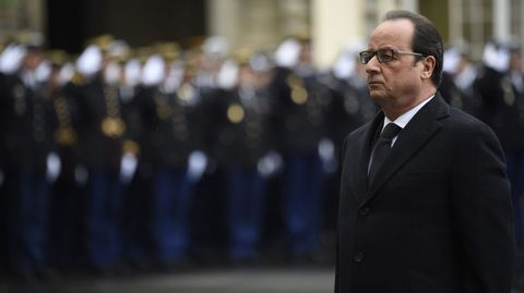El presidente francés, François Hollande, rindió hoy tributo a las víctimas mortales del atentado contra el semanario satírico «Charlie Hebdo».