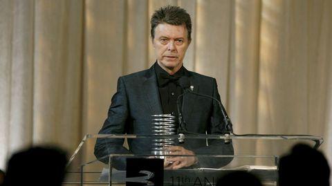 David Bowie con uno de los múltiples premios que recibió a lo largo de su carrera.