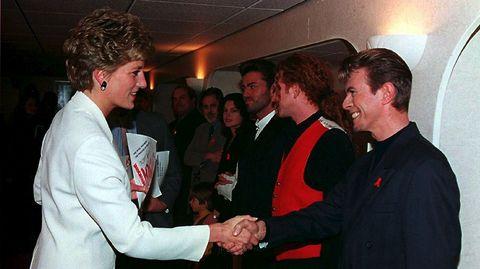 Saludando a la princesa Diana de Gales en una gala contra el SIDA en el año 1993.