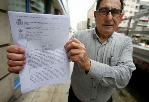 Vicente Casal muestra la sentencia por la que se ha librado de pagar 859 euros en Baiona.