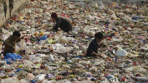 Plásticos en un canal de Peshawar (Pakistán)