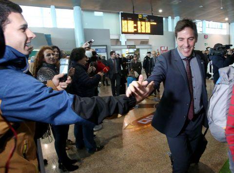 Eduardo Berizzo fue recibido entre aplausos a su llegada ayer al aeropuerto de Peinador.