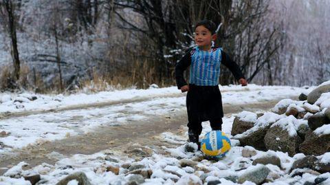 Murtaza Ahmadi saltó a la fama en el 2016 con esta camiseta hecha con una bolsa de plástico con el 10 de Messi.