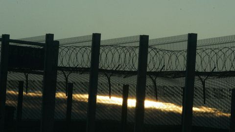 Llama la atencion el aumento de verjas alrededor de toda la zona portuaria y los accesos al Eurotunnel. Con alambrada de cuchillas. Hace un año no habia tales instalaciones.