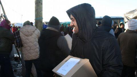 Refugiado kuwaití que acaba de recibir una caja con alimentos de la ONG de los Mormones en Ipswich-Cambridge.