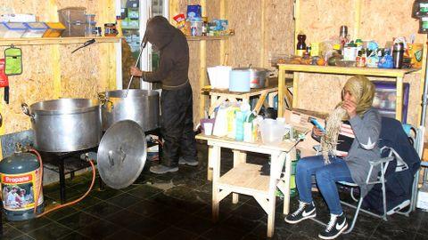 Son afortunados los refugiados que trabajan en estas cocinas ya que evitan el frio de la intemperie. La cocina está rodeada de vallas hechas por los refugiados y cuentan con vigilancia las 24 horas organizada por los líderes de las comunidades para evitar los saqueos.