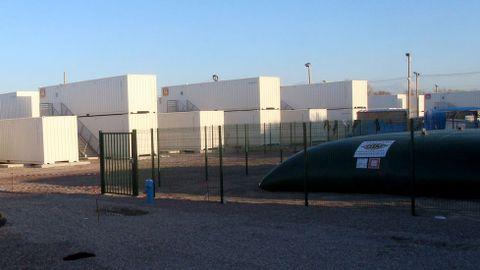 Los barracones de la vergüenza que instaló el gobierno francés con la intencion de alojar a 15 refugiados en cada contenedor, teniendo que renunciar a todas sus pertenencias. Los refugiados se negaron y estan actualmente vacíos y el recinto de los mismos vallado.