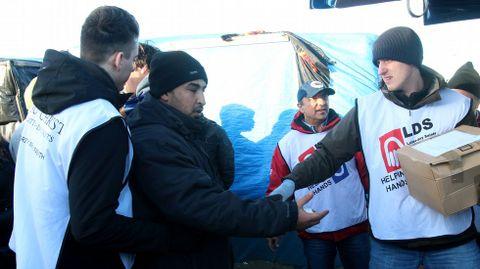 Los voluntarios tienen que soportar una enorme presión de los refugiados para intentar distribuir los alimentos con cierto orden. La Policia no tiene presencia alguna en el campo. Todo depende de los líderes de cada comunidad de refugiados (por nacionalidades) y los grupos de voluntarios.
