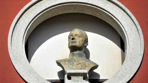 Busto de Juan Carlos I en la fachada del Concello de Ferrol, donde no hay ninguna calle o parque con el nombre del emérito