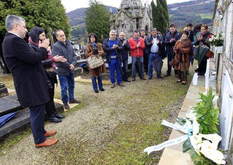 Ofrenda floral ante a tumba de Álvaro Cunqueiro. onte, no cemiterio vello de Mondoñedo.