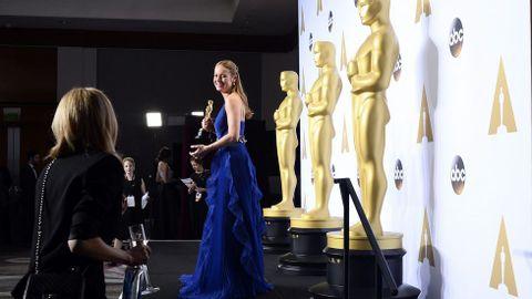 Brie Larson posa para los medios tras conseguir su Oscar como mejor actriz por «La Habitación».
