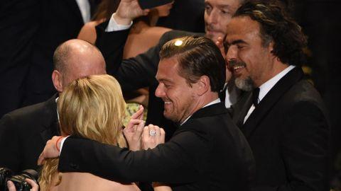 Leonardo DiCaprio abraza a Kate Winslet ante la mirada de Iñárritu.