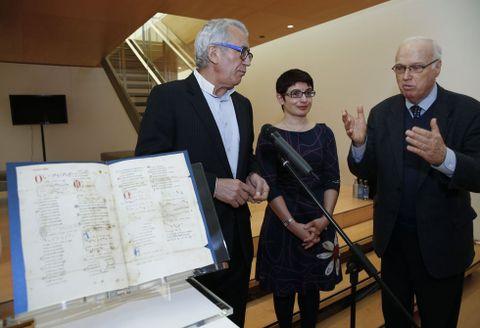 Moleiro, Mariña Arbor y Harvey L. Sharrer presentaron ayer el «Pergamino Vindel».