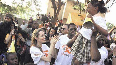 La actriz Angelina Jolie, con los refugiados.