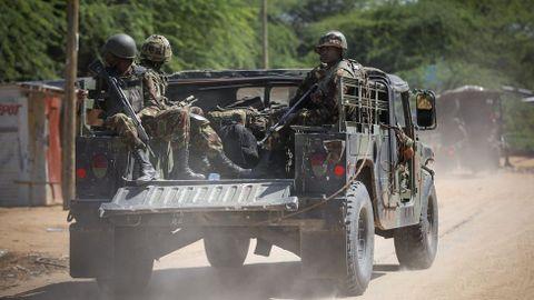 Soldados de las Fuerzas de Defensa de Kenia se dirigen a la Universidad de Garissa, donde se produjo un ataque de los islamistas Al Shabab.