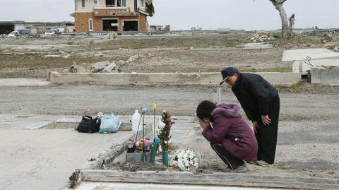 Siko Yoshida y su marido, Tsutoshi, rezan por su hija Miki, que falleció victima del tsunami.