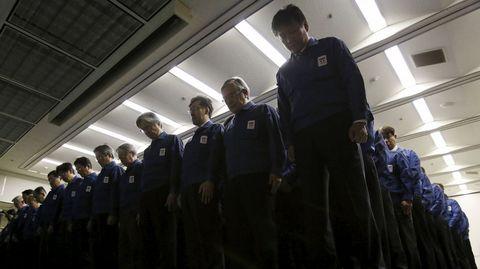 Minuto de silencio guardado por los empleados de TEPCO.