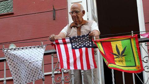 Un hombre cuelga un pañuelo con la bandera de Estados Unidos en La Habana