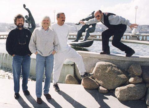 Cuatro de los «luthiers», en la fuente de los surfistas