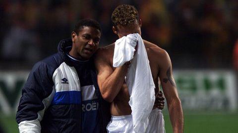 Mazinho consuela a Juanfran tras la eliminación a manos del Lens el 23 de marzo del 2000