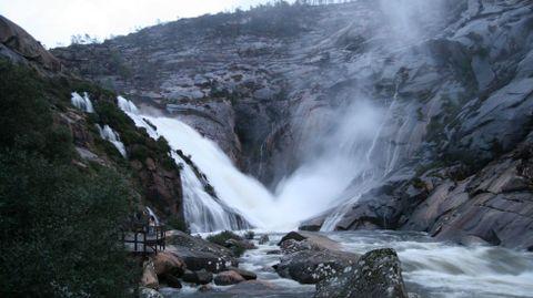 Cascada de O Ézaro (Dumbría). Su cascada es la única de la Europa continental que desemboca en el mar. Iluminación nocturna jueves, viernes y sábado, de 22.00 a 23.00.
